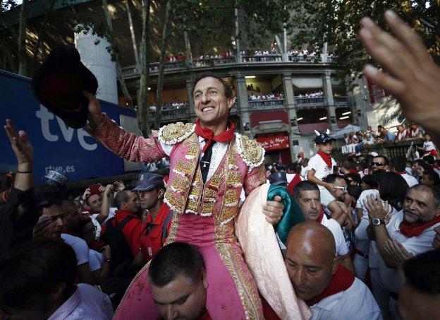 Rafael Rubio Luján 'Rafaelillo' sale a hombros en Pamplona. :: efe