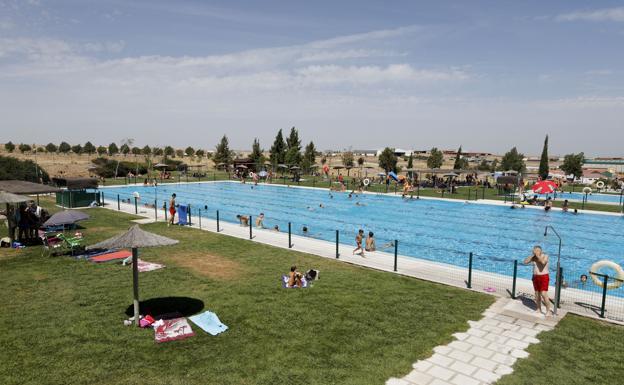 Usuarios menos en las piscinas municipales de for Piscina municipal caceres