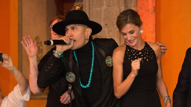 Taboo anima a la Reina a marcar el ritmo de 'Where is the love?'. :: r. c./