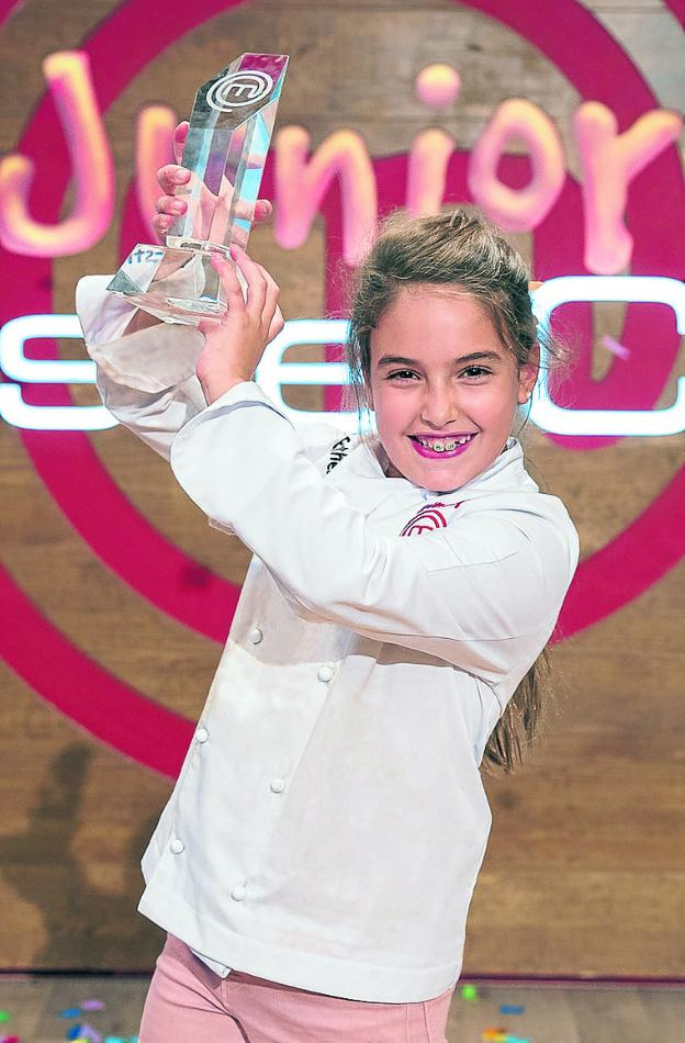 Esther Requena levanta el trofeo de vencedora. :: tve