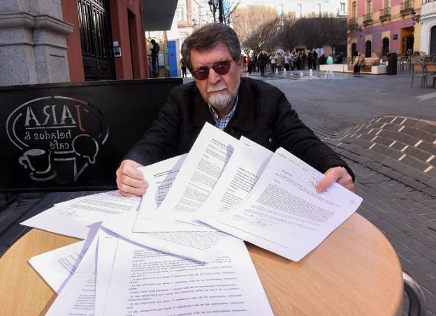 José María Iglesias muestra decenas de denuncias presentadas por los vecinos contra bares. :: c. moreno  :: hoy.es