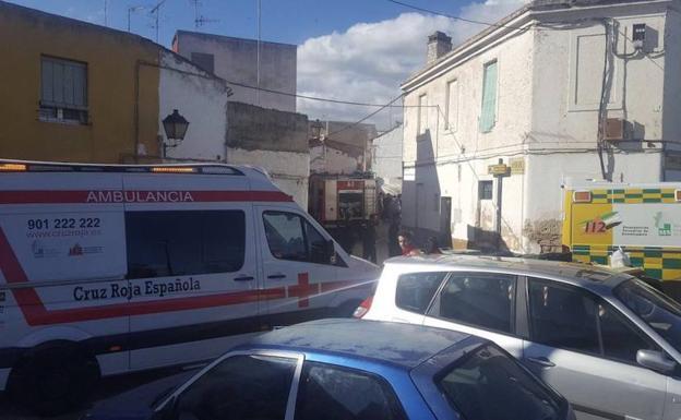 Los bomberos y la unidad de Cruz Roja en el lugar de los hechos./Cruz Roja Extremadura
