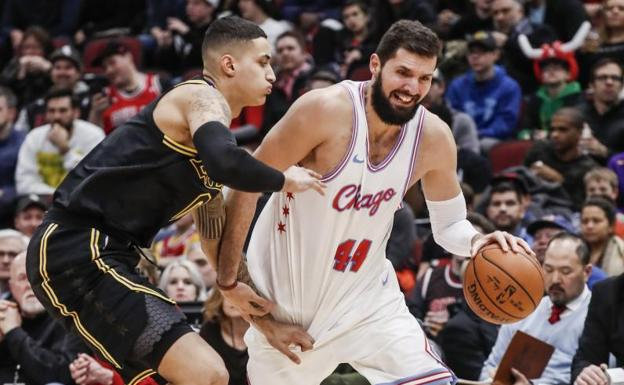 Mirotic, en una acción ante Kuzma, de los Lakers.
