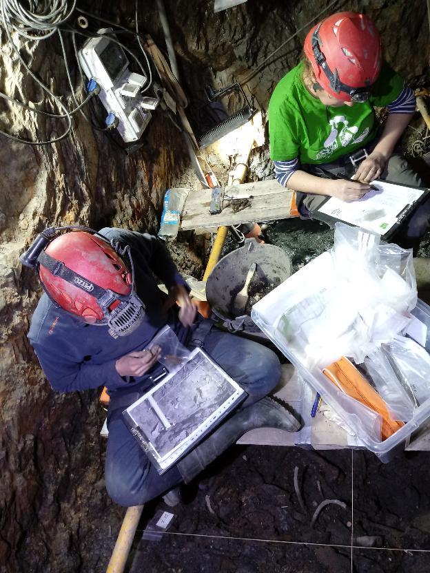 Técnicos trabajando en la exhumación de la mina Terría de Valencia de Alcántara. :: Zahira Aragüete-Toribio/