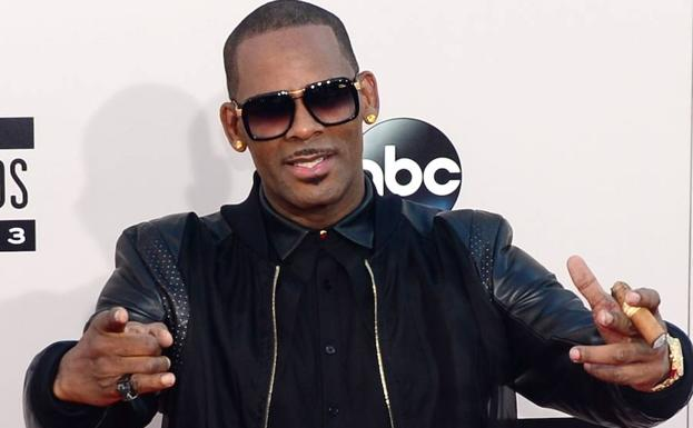 R. Kelly posa en los American Music Awards de 2013. /Frederic J. BROWN (AFP)