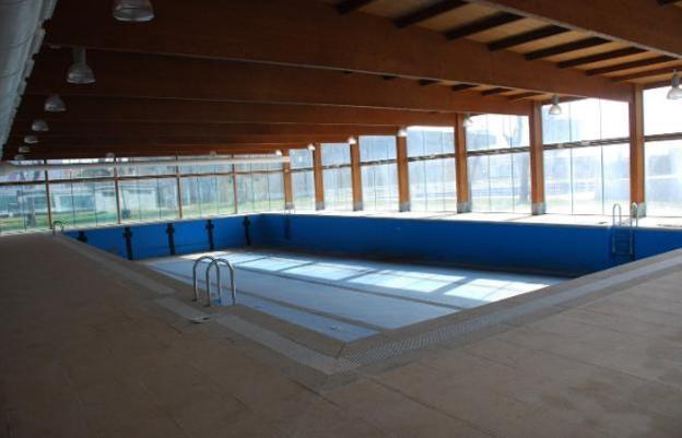 Casero explica de nuevo por qu no se abre la piscina for Piscina climatizada navalmoral