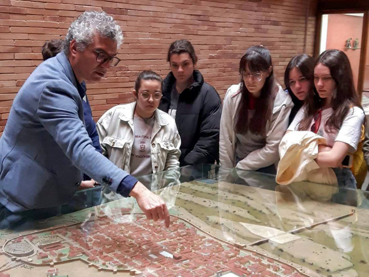 El profesor José Antonio Palomo con un grupo de alumnos en el Museo Nacional de Arte Romano/