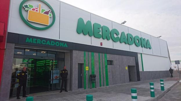 Fachada del renovado centro de Mercadona en la localidad.   F. HORRILLO 0a0cae9bb2f84