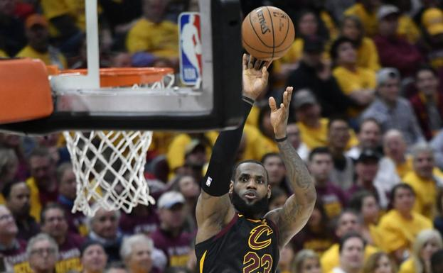 LeBron James lanza a canasta. /Reuters