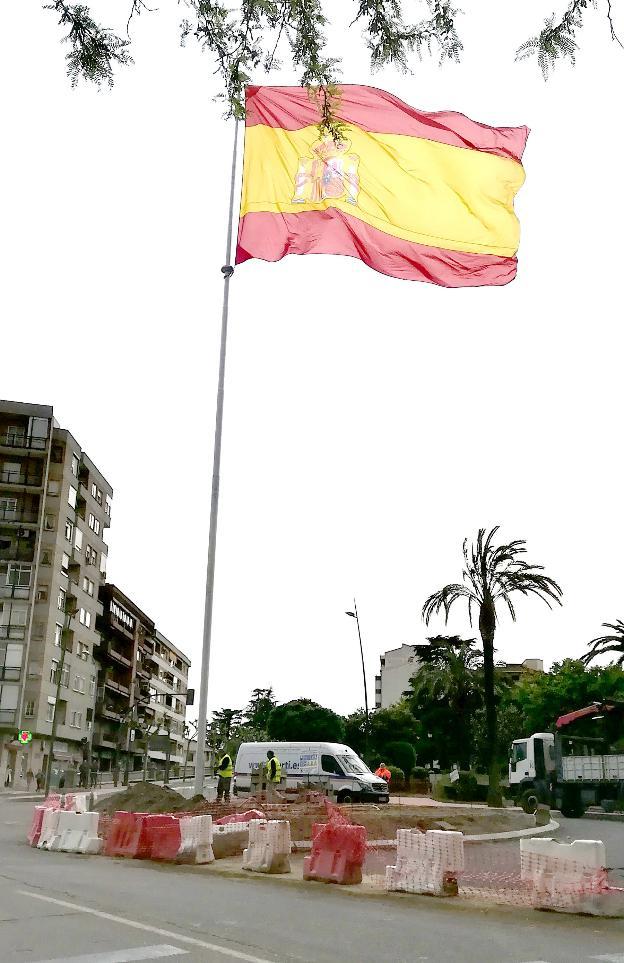 La bandera de la nueva glorieta divide a los grupos municipales de ...
