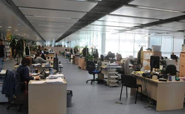Empleados públicos en oficinas de la Junta de Extremadura en una imagen de archivo./Hoy