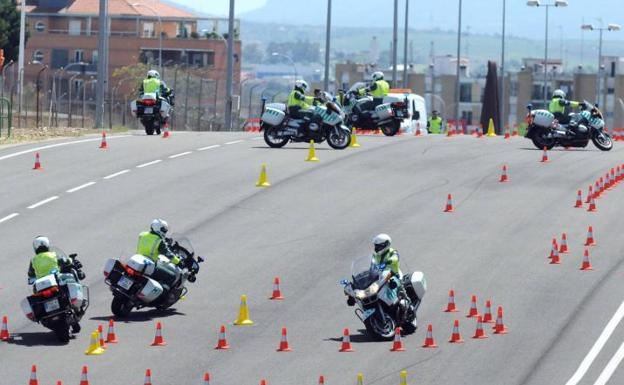 Prácticas de guardias civiles en la Escuela de Tráfico de Mérida:: HOY/