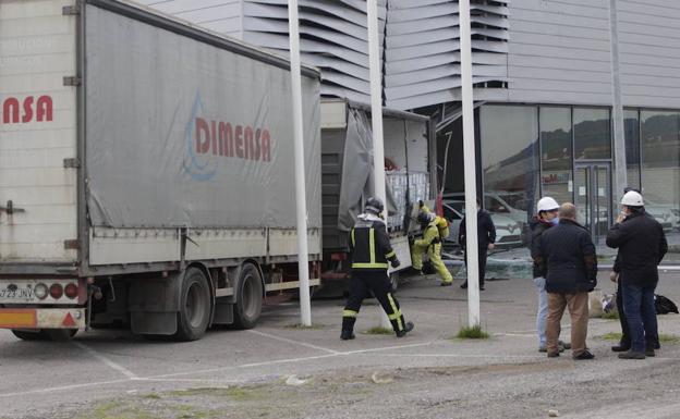 Resultado de imagen de Un camión de mercancías peligrosas se empotra contra un concesionario en Zafra