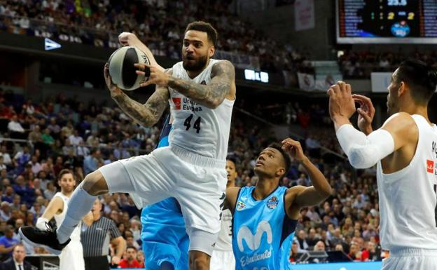 Jeffery Taylor (i), en una acción del Real Madrid-Estudiantes.