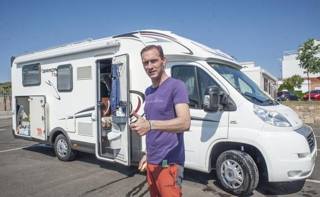 Manuel Jiménez con su autocaravana:: PAKOPÍ /