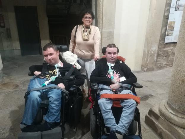 Juli Rivas junto a sus dos hijos, José y Juan, que padecen el síndrome de Duchenne. :: c. N./