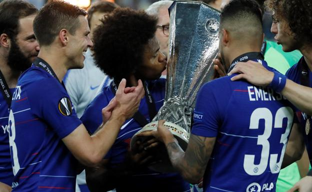 Willian (c), besa el trofeo de la Europa League./Efe