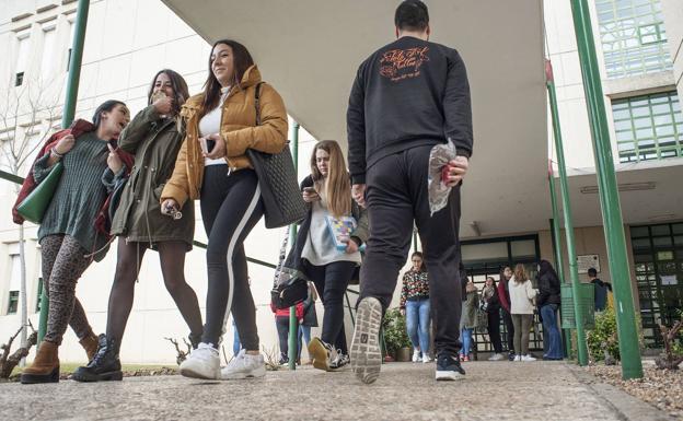 Alumnos en el campus de la UEx en Badajoz.: HOY/