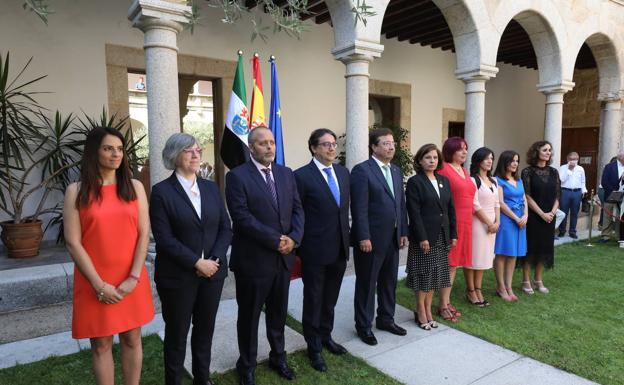 Guillermo Fernández Vara, rodeado por sus consejeros:: HOY/