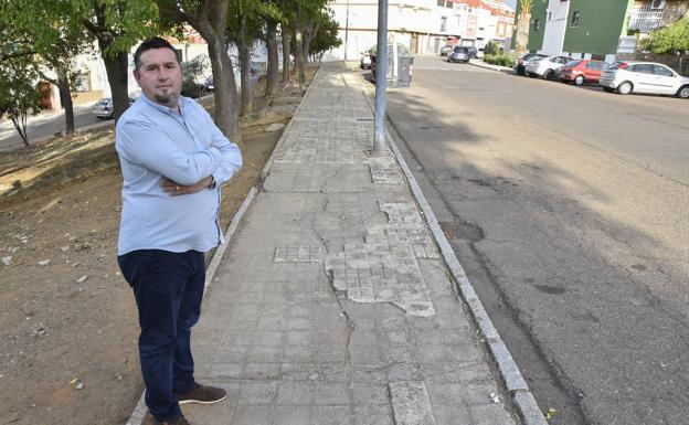 Flores critica el estado en el que se encuentran los acerados . :: C.M.