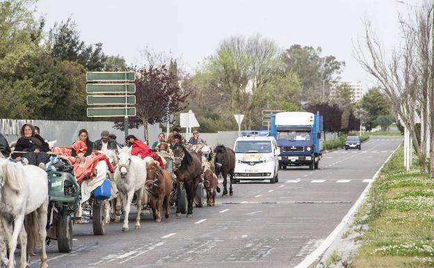 La Policía Local siguiendo la caravana por la avenida de Elvas. /PAKOPÍ