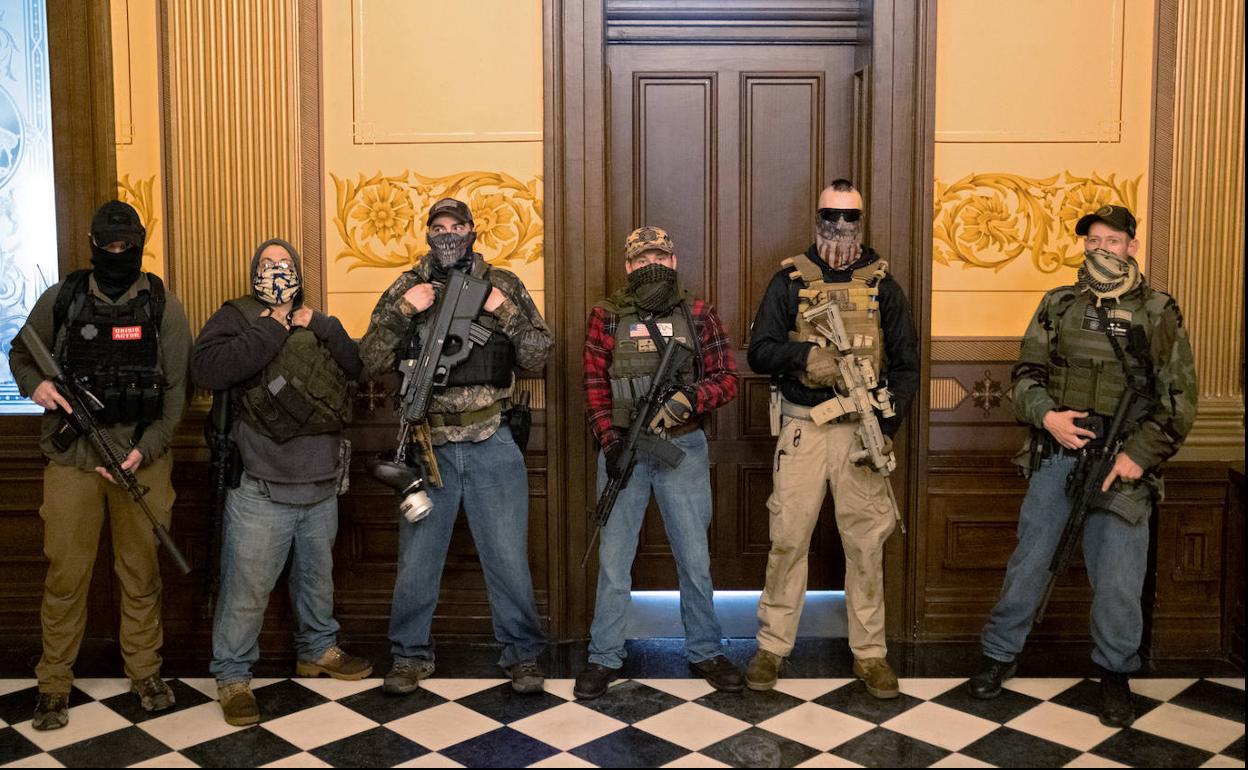 La irrupción de manifestantes armados en el Capitolio de Michigan sacude la  política de EE UU | Hoy