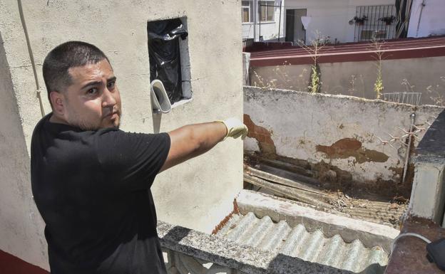 Juan Francisco señala la casa junto a la suya, donde vive la colonia de gatos. /C. Moreno