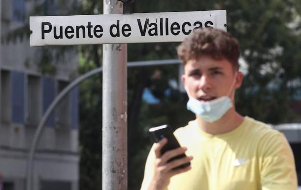 Un joven pasea cerca del metro de Puente de Vallecas, en Madrid./e. p.