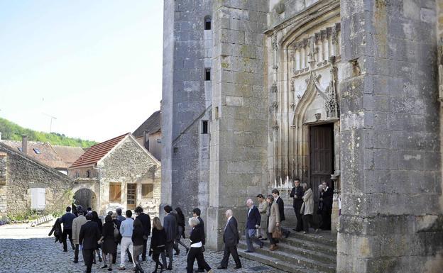 Feligreses salen de un oficio en el municipio francés de Noyers-sur-Serein.
