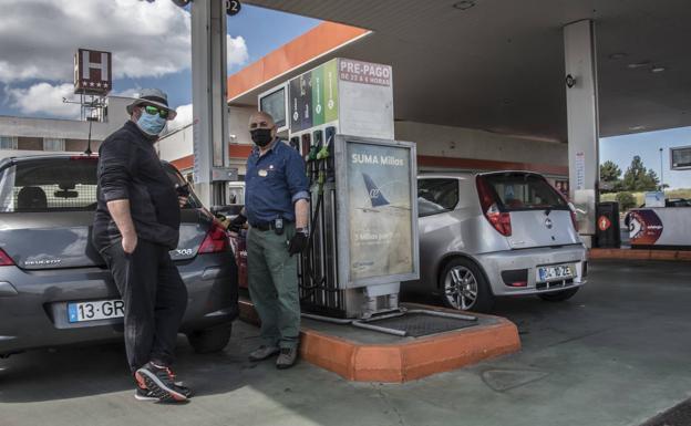 Carlos Melado repostando el coche de Luis Naranjales./PAKOPÍ