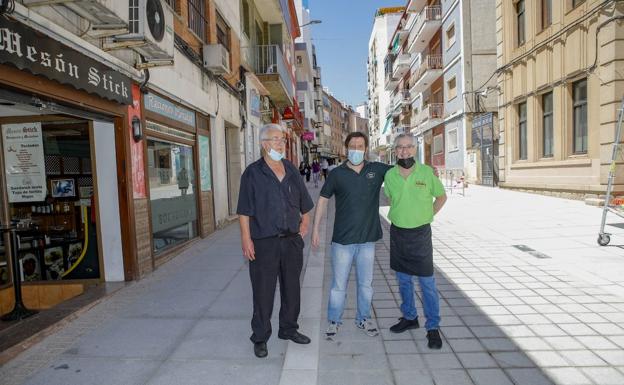 Los propietarios de Stick, El Fogón de Toñi y Bocata, vecinos de Gómez Becerra, en la vía aún en construcción.  / armando méndez