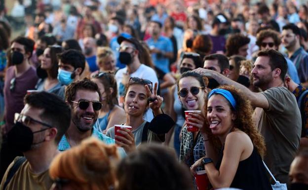 Asistentes a la primera jornada del Vida Festival 2021 /EFE