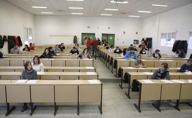 Los opositores de Cáceres se preparan para los exámenes de algunos opositores sanitarios.  /HOY