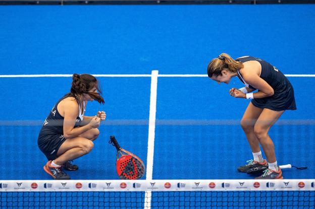 Paula Josemaría y su compañera Ari Sánchez celebran el pase a la final. / EFE