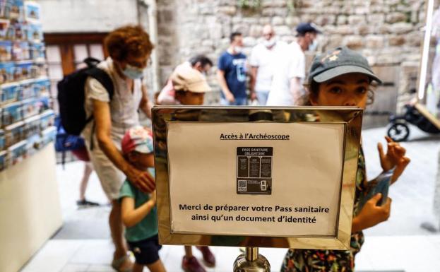 Abiso ng pangako sa isang health card na pumasok sa isang museo sa Mont-Saint-Michel, France