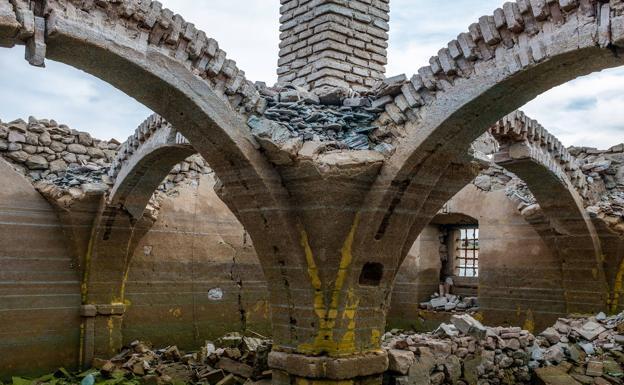 Tiempos descubiertos del antiguo convento de Santa Cruz de Alarza, cuyas ruinas no emergen en Valdecañas desde hace 55 años.  / PABLO ALFONSO RECUERO