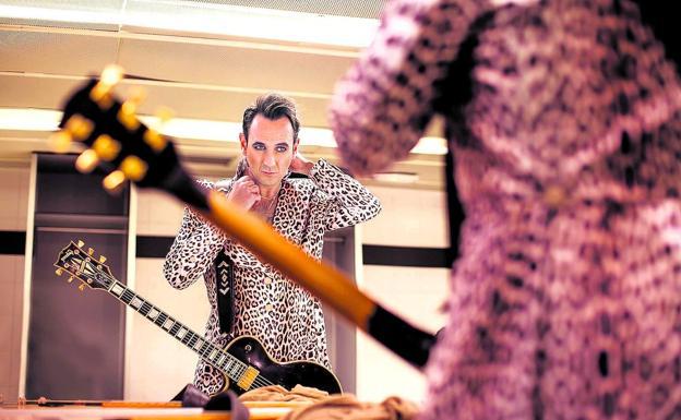 Igor Paskual en el camerino, preparándose para salir al escenario./Juan Pérez Fajardo
