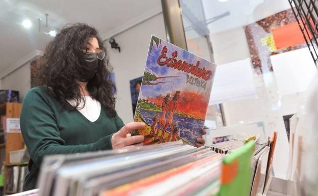 Una mujer en una tienda de discos./Rodrigo Jiménez