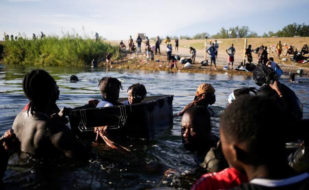 Migrantes haitianos cruzan el Río Grande hacia México./REUTERS