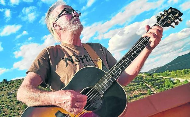 Pacho Varona acompañado de su inseparable guitarra./